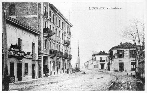 32 Tetti di Lucento. Veduta del centro di Lucento (a dx la Trattoria dell'antico Rastel Verd, a sx il Ristorante del Centro e i binari della ferrovia per Venaria)